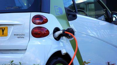 Samochód elektryczny a fotowoltaika — czy da się jeździć za darmo?